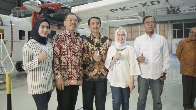 Tiga millennial BUMN, bersama Dirut PT Dirgantara Indonesia Elfien Goentoro (batik coklat) dan Deputi Bidang Pertambangan, Industri Strategis, dan Media Kementerian BUMN Fajar Harry Sampurno