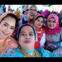 Menghadiri acara resepsi pernikahan satu keluarga ini langsung viral, bukan karena apa-apa, tapi lihat saja perhiasan yang mereka kenakan. (Foto: Facebook)