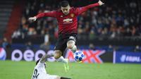 Aksi Marcos Rojo melompat dari terjangan Santi Mina pada laga terakhir grup H Liga Champions yang berlangsung di stadion Mestalla, Valencia, Rabu (13/12). Manchester United kalah 1-2 atas Valencia. (AFP/Jose Jordan)