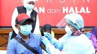 Khofifah meninjau vaksinasi bagi komunitas warga Flobamora - Nusa Tenggara Timur (NTT) Surabaya. (Dian Kurniawan/liputan6.com)