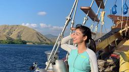 Sudah lengkap dengan segala perlengkapan untuk menyelam, tinggal menunggu sampai lokasi titik terjun. Karenina Sunny akan menyelam untuk menikmati pemandangan bawah laut. (Liputan6.com/IG/karenina_sunny)