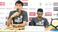 Pelatih Arema FC, Milan Petrovic (kiri). (Liputan6.com/Reza Efendi)