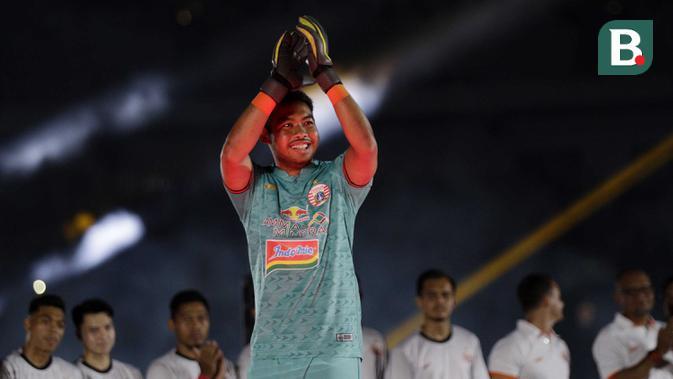 Kiper Persija Jakarta, Adixi Lenzivio, saat pengenalan tim untuk kompetisi musim 2020 di SUGBK, Jakarta, Minggu, (23/2/2020). (Bola.com/M Iqbal Ichsan)