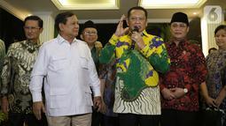 Ketua MPR RI, Bambang Soesatyo (keempat kiri) bersama Ketua Umum Partai Gerindra, Prabowo Subianto serta pimpinan MPR RI memberi keterangan usai melakukan pertemuan di Jakarta, Jumat (11/10/2019). Pertemuan membahas dinamika perpolitikan di tanah air. (Liputan6.com/Helmi Fithriansyah)