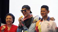 Ketua INAPGOC, Raja Sapta Oktahari memberikan medali kepada Bertrand sebagai salah satu pembawa obor Asian Para Games 2018.(Liputan6.com/Fajar Abrori)