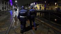 Polisi berpatroli di sebuah jalan di tengah lonjakan infeksi coronavirus baru di Milan, Italia (22/10/2020). Jam malam diberlakukan terhadap lebih dari 21,7 juta warga Italia, yang mencakup sepertiga dari populasi negara itu, di tengah lonjakan infeksi COVID-19. (Xinhua/Daniele Mascolo)