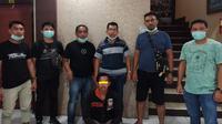 Timsus Street Hunter Polres Gorontalo Kota menangkap seorang pemuda yang menyebarkan isu meresahkan terkait pandemi virus corona (Covid-19). (Liputan6.com/ Arfandi Ibrahim)
