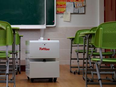 Sebuah robot disinfeksi bekerja di ruang kelas di sebuah sekolah menengah pertama di Shanghai, China timur (21/4/2020). Di Shanghai, kelas untuk siswa tingkat akhir di sekolah menengah pertama dan atas akan dibuka kembali pada 27 April. (Xinhua/Liu Ying)