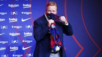 Pelatih baru Barcelona, Ronald Koeman, mengenakan masker saat acara perkenalan di Barcelona, Rabu (20/8/2020).  Koeman resmi menjadi pelatih Barcelona untuk dua tahun kedepan. (AP/Joan Monfort)