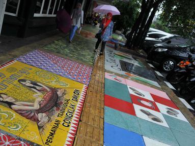 Gambar salah satu lukisan mural di trotoar Cikini, Jakarta, Senin (14/12/2015). Mural yang dibuat di atas trotoar sepanjang 120 meter ini merupakan rangkaian kegiatan Fun Actv Art Mural 2015. (Liputan6.com/Gempur M Surya)