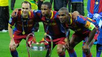 Andres Inesta, Seydou Keita, dan Eric Abidal foto bersama trofi liga champions, setelah menjurainya di Wembley tahun 2011. (AFP)