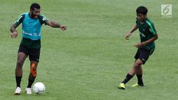 Pemain Timnas Indonesia U-22, Marinus Wanemar mengontrol bola saat latihan di Stadion Madya Senayan, Jakarta, Kamis (17/1). Latihan ini merupakan persiapan jelang Piala AFF U-22. (Bola.com/Yoppy Renato)