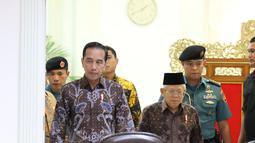 Presiden Joko Widodo didampingi Wakil Presiden Ma'ruf Amin bersiap memimpin rapat terbatas penanganan kasus kekerasan terhadap anak di Kantor Presiden, Kamis (9/1/2020). Jokowi memberi tiga instruksi kepada jajarannya untuk mengatasi masalah kekerasan terhadap anak. (Liputan6.com/Angga Yuniar)