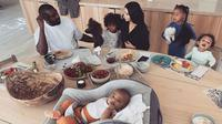 Kim Kardashian-Kanye West di meja makan bersama keempat anak mereka. (dok.Instagram @kimkardashian/https://www.instagram.com/p/B7oHS0MgyNe/Henry)