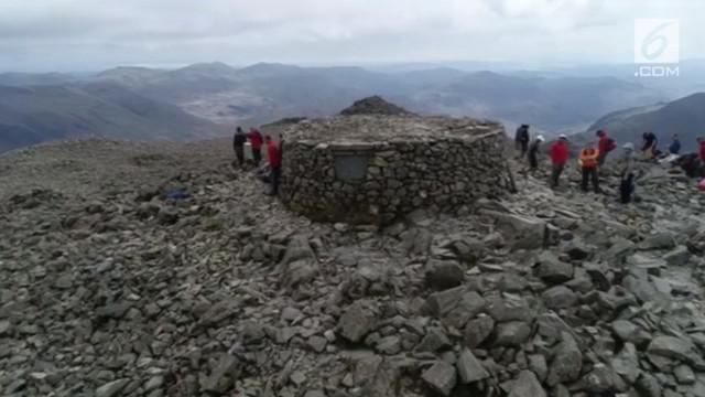 Sebuah monumen peringatan di puncak Scafell Pike diperbaiki. Para relawan membutuhkan waktu seminggu untuk menyelesaikan perbaikan tersebut.