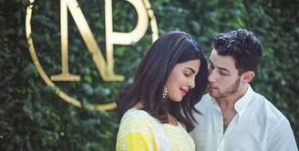 Priyanka Chopra dan Nick Jonas merayakan pertunangan mereka dengan keluarga di India. (instagram/priyankachopra)