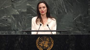 Aktris yang juga Utusan Khusus UNHCRAngelina Jolie berpidato pada  pertemuan tingkat Menteri Pemeliharaan Perdamaian PBB di Gedung PBB, New York, (29/3). Angelina Jolie mengatakan bahwa hubungan kekuasaan yang tidak sama membuat perempuan di dunia dalam posisi subordinat. (Timoti A. Clary / AFP)
