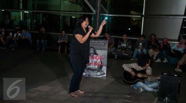 Anak Sastrawan dan Aktivis HAM Widji Thukul, Fajar Merah (kanan) dan Artis Melanie Subono (kiri) membacakan puisi - puisi karya Widji Thukul di Taman Ismail Marzuki, Jakarta, Selasa (24/1). (Liputan6.com/Gempur M Surya)
