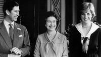 Ratu Elizabeth bersama Pangeran Charles dan tunangannya Lady Diana di Istana Buckingham (AFP)