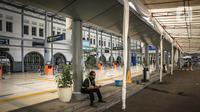 Suasana sepi Stasiun Pasar Senen, Jakarta, Kamis (6/5/2021). Larangan mudik Lebaran 2021 mulai berlaku 6 hingga 17 Mei 2021. (Liputan6.com/Faizal Fanani)