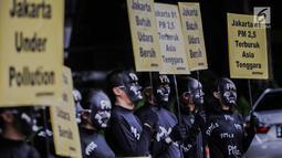 Aktivis Greenpeace melakukan aksi teatrikal di Kementerian Lingkungan Hidup, Selasa (5/3). Greenpeace mencatat konsentransi PM 2.5 atau di Jakarta mencapai empat kali lipat di atas batas aman tahunan menurut standar WHO. (Liputan6.com/Faizal Fanani)
