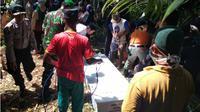 Ada lima jenazah korban tsunami Selat Sunda yang belum berhasil diidentifikasi. Namun, karena sudah lama terpaksa dimakamkan secara massal. (Liputan6.com/Yandhi Deslatama)