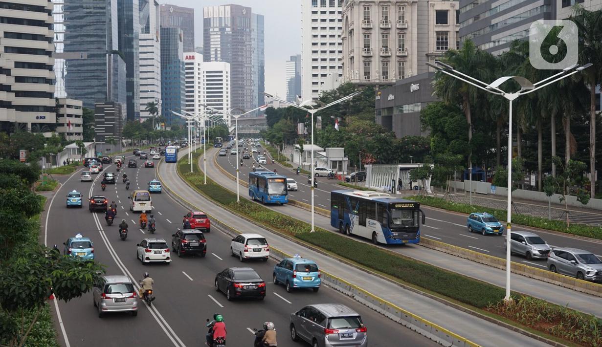 Kendaraan melintasi Jalan Jenderal Sudirman, Jakarta, Senin (23/11/2020). Aturan sistem ganjil genap belum diberlakukan di tengah perpanjangan penerapan pembatasan sosial berskala besar (PSBB) transisi hingga dua minggu ke depan di Ibu Kota. (Liputan6.com/Immanuel Antonius)