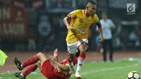 Pemain tengah Selangor FA, Evan Dimas Darmono melewati adangan bek Persija, Michael Orah saat laga persahabatan di Stadion Patriot Candrabhaga, Bekasi, Kamis (6/9). Persija kalah 1-2. (Liputan6.com/Helmi Fithriansyah)