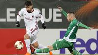 Pemain AC Milans, Suso (kiri) berebut bola dengan pemain Ludogorets, Lucas Sasha pada laga 32 besar Liga Europa di Ludogorets Arena, Razgrad, Bulgaria, (15/2/2018). AC milan menang 3-0. (AP Photo)