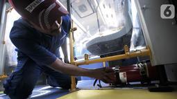 Teknisi menunjukkan alat pemadam kebakaran yang berada di bawah kursi penumpang bus Transjakarta Zhong Tong di Depo PPD F Klender, Jakarta, Rabu (30/10/2019). (merdeka.com/Iqbal S. Nugroho)