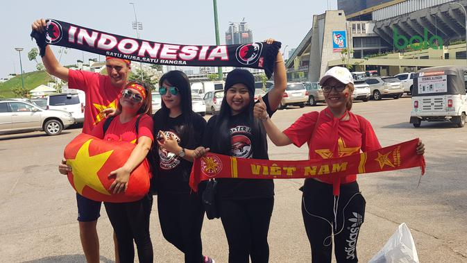 Keakraban suporter Timnas Indonesia U-22 dan Vietnam jelang semifinal Piala AFF U-22 2019 di The National Olympic Stadion, Phnom Penh, Minggu (24/2/2019). (Bola.com/Zulfirdaus Harahap)