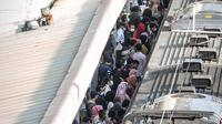 Penumpang KRL mengantre di Stasiun Tanah Abang, Jakarta Pusat, Kamis (4/2/2021) sore. Menurut keterangan petugas, antrean panjang tersebut hampir terjadi setiap harinya saat bulan Ramadhan. (Liputan6.com/Faizal Fanani)