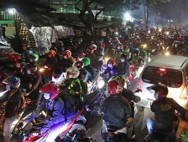 FOTO: Nekat, Pemudik Lawan Arus Lintasi Posko Penyekatan di Kedungwaringin