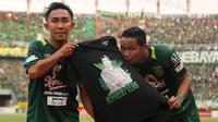 Selebrasi kapten Persebaya, Rendi Irwan, saat menjebol gawang Persela di Stadion Gelora Bung Tomo, Surabaya, Minggu (5/8/2018). (Bola.com/Aditya Wany)
