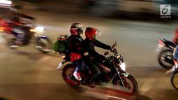 Pemudik bersepeda motor melintasi ruas Jalan Raya Kalimalang, Bekasi, Jawa Barat, Kamis (22/6). Pada malam hari peningkatan kendaraan pemudik terutama yang menggunakan roda dua jauh lebih tinggi dibanding siang hari. (Liputan6.com/Angga Yuniar)