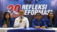 Sekjen DPP PAN Eddy Soeparno (kedua kiri) didampingi Ketua Panitia Ahmad Bakri saat konfrensi pers Refleksi 20 Tahun Reformasi di Jakarta, Jumat (18/5). Refleksi akan digelar di komplek DPR/MPR pada Senin 21 Mei 2018. (Liputan6.com)