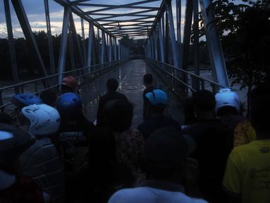 Salah satu jembatan tak dioperasikan karena lahar dingin Gunung Kelud (Liputan6.com/Helmi Fitriansyah).