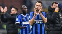 Bek Inter Milan, Stefan de Vrij, menyapa suporter usai melawan AS Roma pada laga Serie A Italia di Stadion San Siro, Milan, Jumat (6/12). Kedua klub bermain imbang 0-0. (AFP/Miguel Medina)