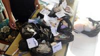 Isi tas dan kantong plastik milik pengemis tajir di Sragen terdapat uang Rp12 juta dan deposito Rp25 juta. (Solopos.com/ Tri Rahayu)