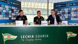 Pesepak bola Indonesia, Egy Maulana jumpa pers saat diperkenalkan sebagai pemain baru Lechia Gdansk di Stadion Energa Gdańsk, Polandia, Minggu (11/3/2018). Dirinya dikontrak Lechia Gdansk selama tiga musim. (Lechia Gdansk)