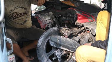 Sepeda motor Yamaha Mio Soul GT berwarna merah tengah di evakuasi dengan mobil usai meledak di parkiran Kemlu, Jakarta, Rabu (7/8/2019). Ledakan motor diduga terjadi akibat korsleting listrik. (Liputan6.com/Angga Yuniar)