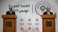 Menteri Luar Negeri Tunisia Khemaies Jhinaoui menyampaikan sambutan saat a joint press conference bersama Arab League Secretary-General, Ahmed Aboul Gheit, pada Arab Summit, di Tunis, Tunisia (AP)