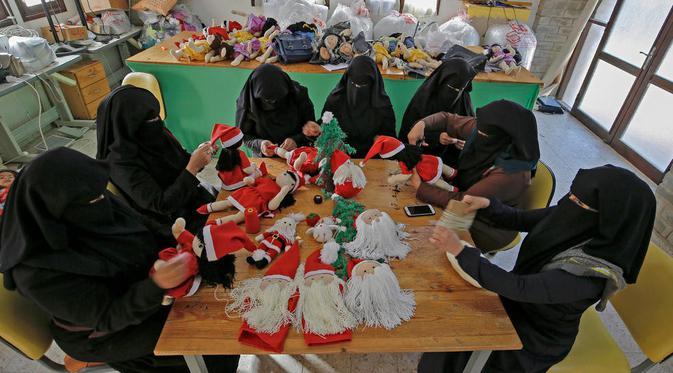 Sambut Natal, Wanita di Gaza membuat boneka Sinterklas. Dok: AFP