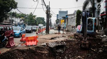 Alat berat melakukan pengerukan tanah saat proyek pelebaran Jalan Pangeran Antasari, Jakarta, Kamis (8/11). Pelebaran ini untuk mengantisipasi kemacetan setelah dioperasikannya Tol Depok-Antasari. (Liputan6.com/Faizal Fanani)