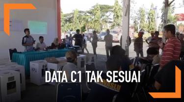 Akibat penghitungan data C1 yang tidak sesuai, sejumlah panitia pengawas melakukan protes dengan petugas PPK.
