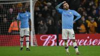 Pemain Manchester City Bernardo Silva memegang kepalanya setelah pemain Wolverhampton Wanderers Matt Doherty membobol gawang timnya pada pertandingan Liga Inggris di Molineux Stadium, Wolverhampton, Inggris, Jumat (27/12/2019). Manchester City kalah 2-3. (AP Photo/Rui Vieira)