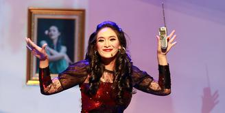 Happy Salma berperan sebagai penyanyi dangdut dari kampung yang baru pindah ke kota di pertunjukan teater berjudul '#3Perempuan'. (Deki Prayoga/Bintang.com)