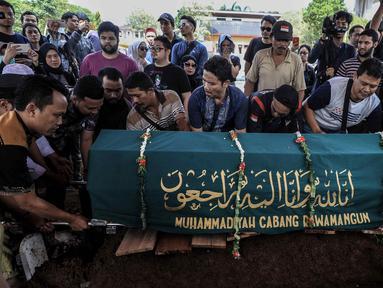 Pemakaman mantan artis cilik Cecep Reza di TPU Layur Penggilingan, Jakarta, Rabu (20/11/2019). Cecep Reza meninggal pada usia 31 tahun karena penyakit jantung. (Liputan6.com/Faizal Fanani)