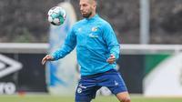 Matija Nastasic, bek tengah Schalke 04 yang pernah bermain di Manchester City, jadi target AC Milan. (Dok. Instagram/Matija Nastasic)
