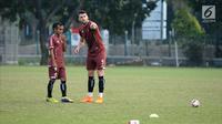 Pemain Persija, Marko Simic (kanan) berbincang dengan Riko Simanjuntak saat latihan jelang laga kedua Semifinal Zona Asia Tenggara Piala AFC 2018 melawan Home United di Lapangan A Kompleks GBK, Jakarta, Senin (14/5). (Liputan6.com/Helmi Fithriansyah)